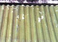 Desprendimiento de la pintura sobre una superficie galvanizada
