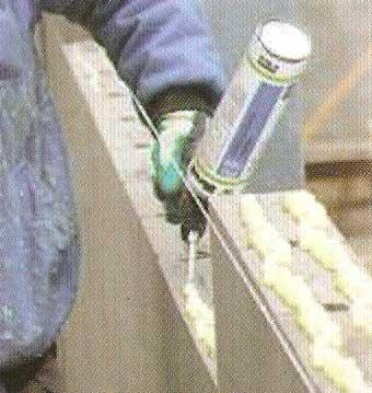 persona pegando un bloque con la espuma adhesiva